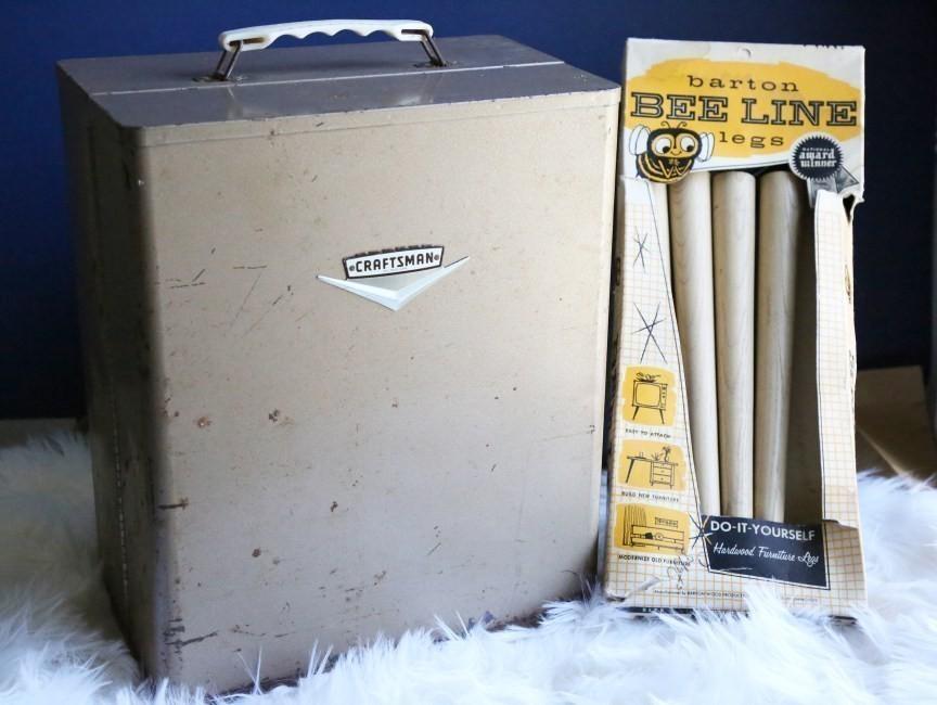 mesa de luz hecha con maleta vintage