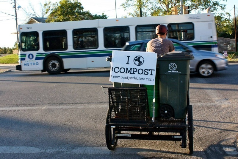 Un equipo de ciclistas con una gran iniciativa para reciclar materiales orgánicos