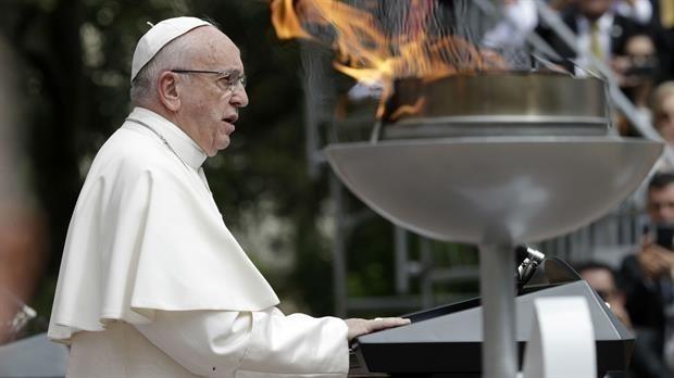 El Papa dio la Misa de Gallo ante 10 mil personas.