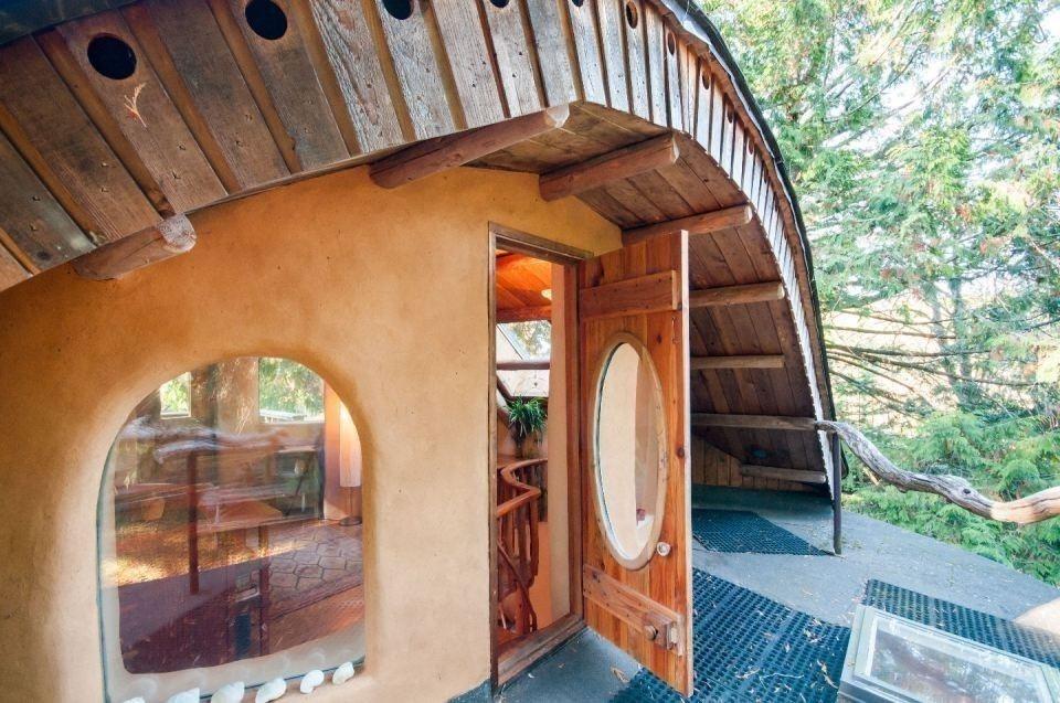 casita hecha a mano con materiales naturales locales-