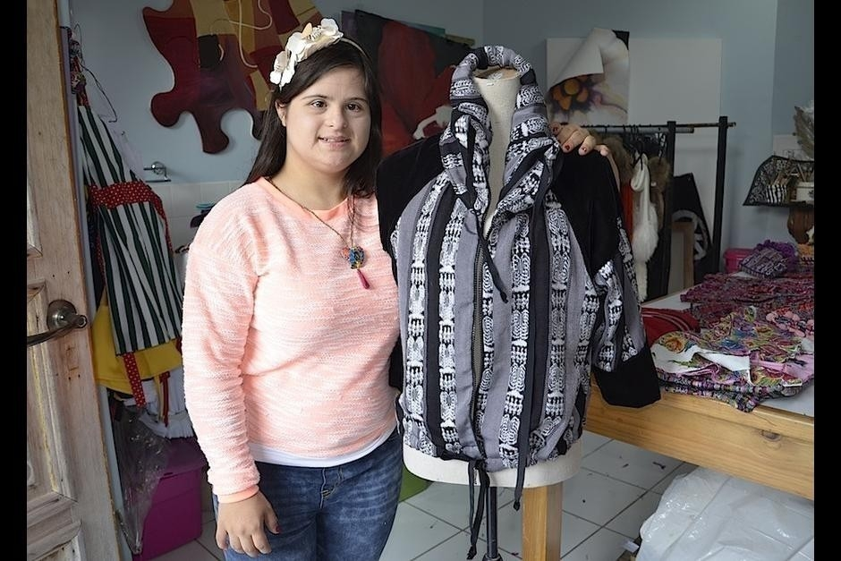historia Una mujer con síndrome de Down sorprende al mundo con sus diseños