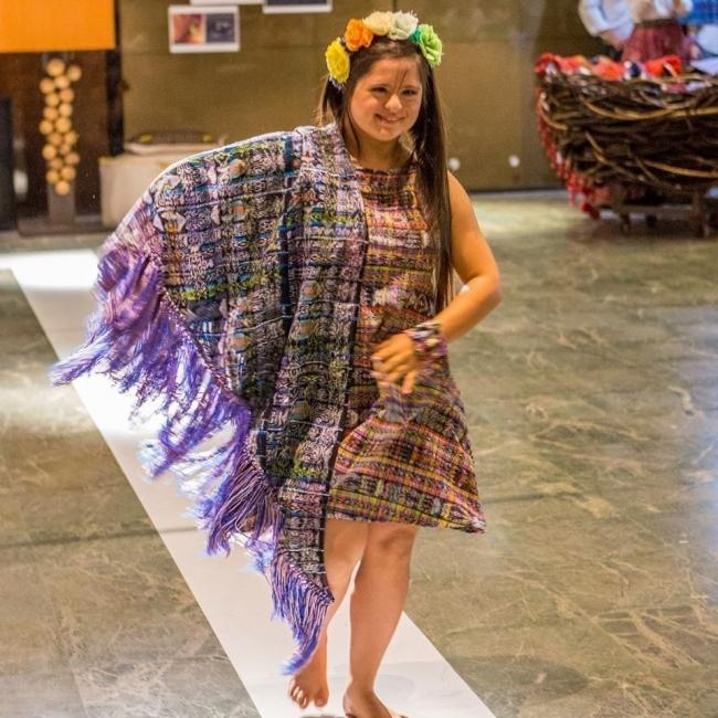 Una mujer con síndrome de Down sorprende al mundo con sus diseños isabella