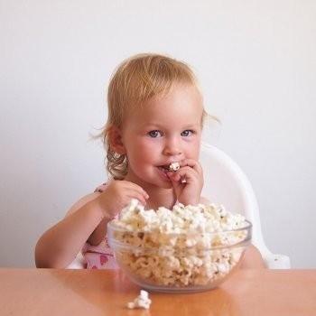 Expertos recomiendan no alimentar a niños menores de 4 años alimentos sólidos de forma redondeada