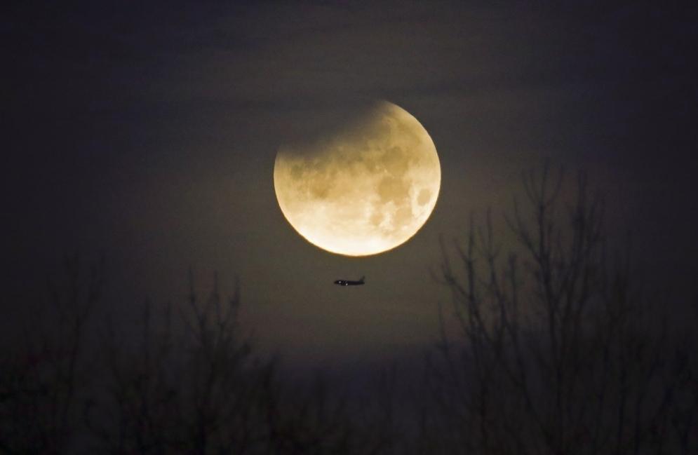 """Es una """"luna azul"""" cuando se producen dos lunas llenas en un mismo mes."""