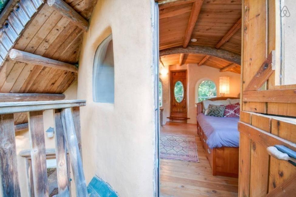 casita hecha a mano con materiales naturales locales. puerta