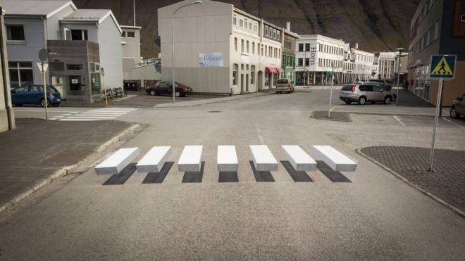 El paso peatonal crea una ilusión óptica