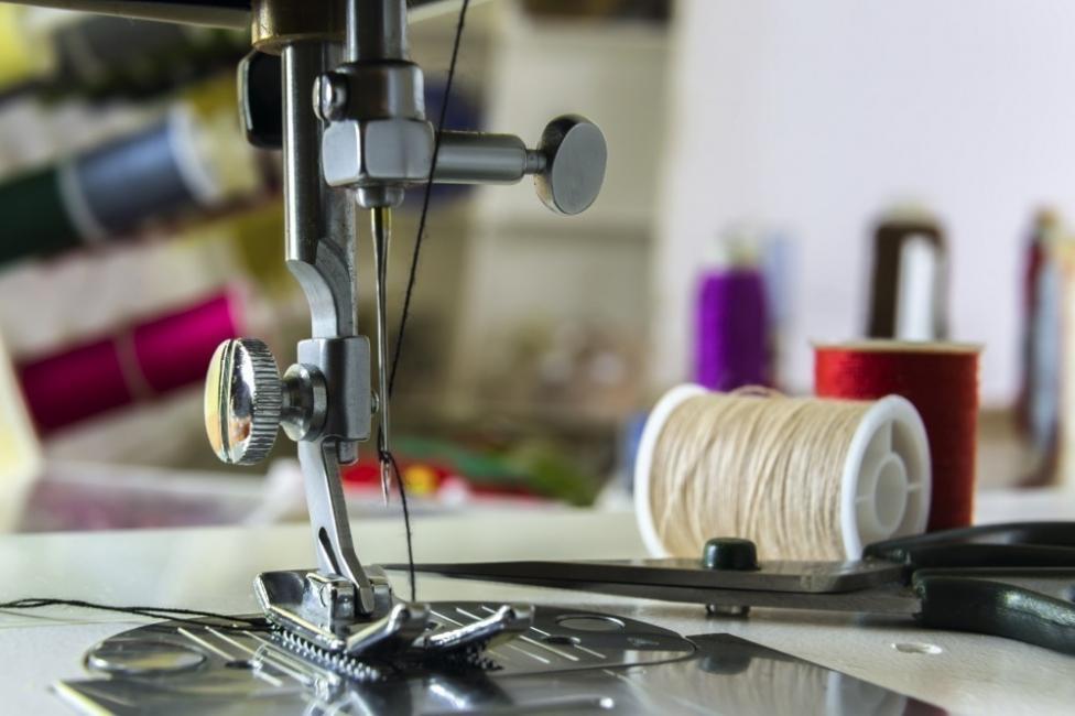 ropa sin trabajo esclavo - maquina de coser industrial