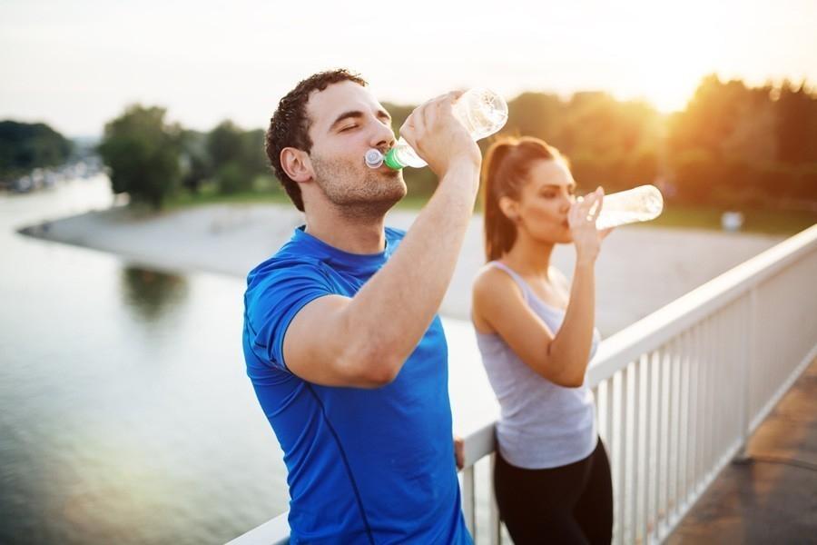 cuanta agua debe tomar para bajar de peso