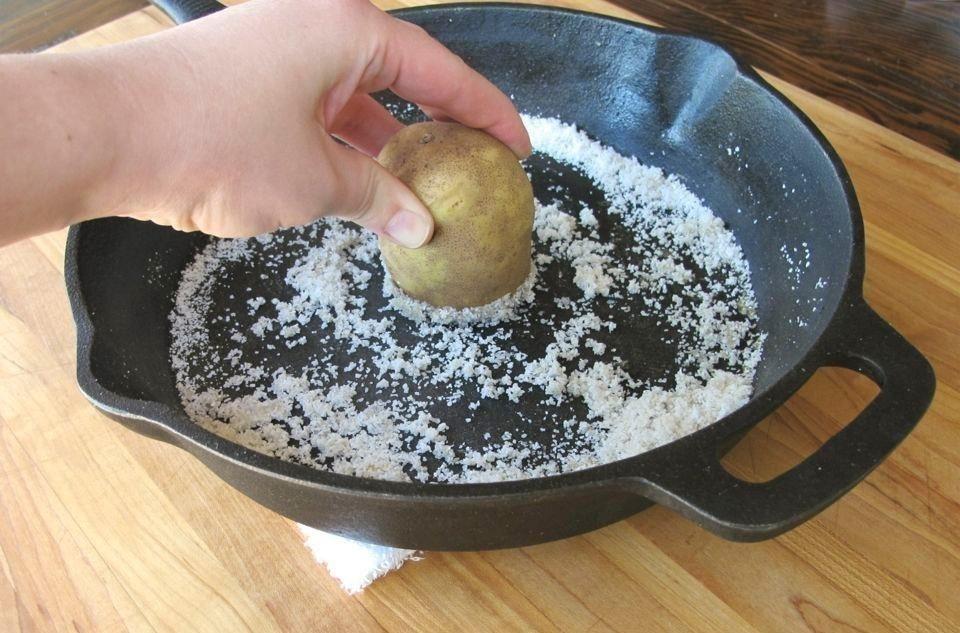 truco para limpiar sartén con patata- paso a paso