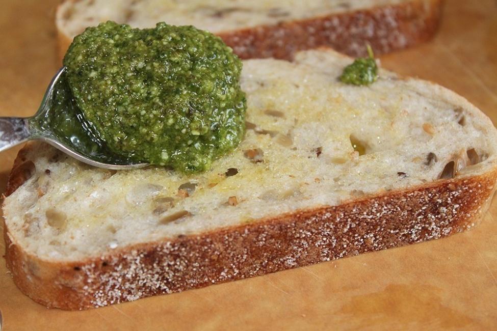 Sándwich de zucchini y aguacate con queso y pesto - agregar pesto al pan
