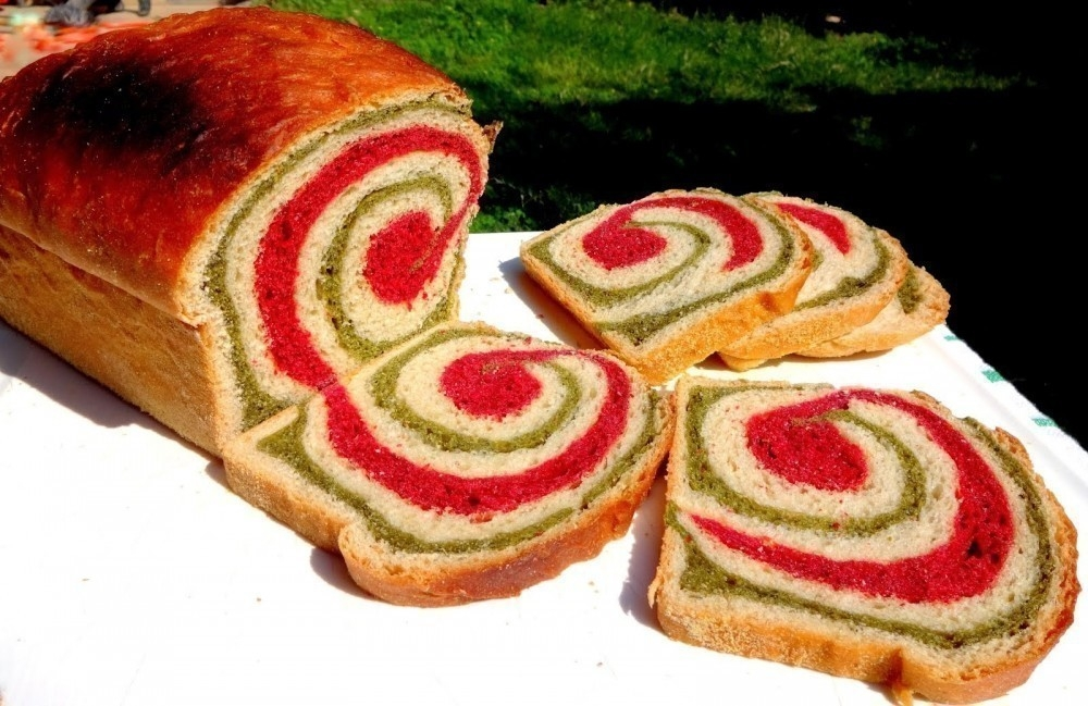 Pan espiralado de espinaca y remolacha