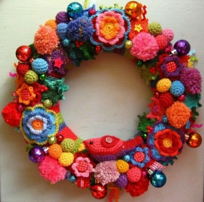 Adorno de navidad con objetos de crochet y pompones