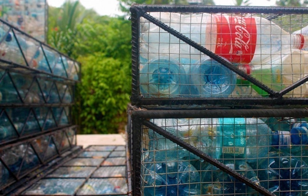 Plastic Bottle Village- construir con botellas