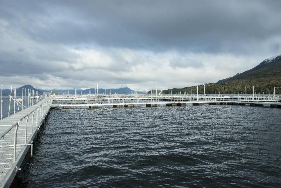 En la Patagonia sur ya se han instalado granjas de salmón. Crédito: Real Chile / AIDA.