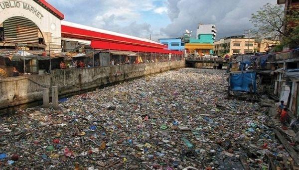 El canal de Paco, en la ciudad de Manila, Filipinas, antes de ser recuperado.