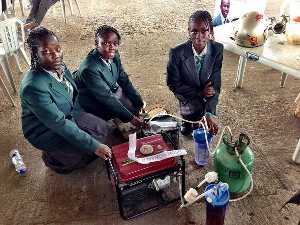 Tres-de-las-jovenes-desarrolladoras-del-generador-electrico-que-funciona-con-orina