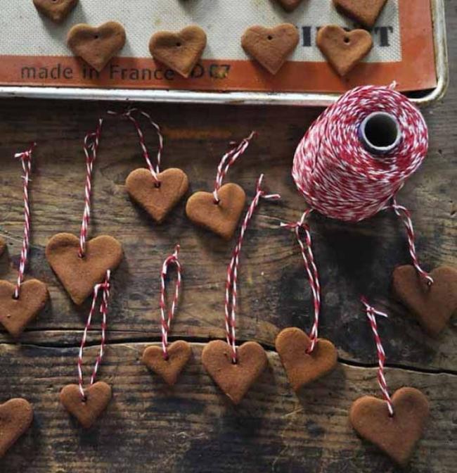 Adornos de navidad con corazones de masa