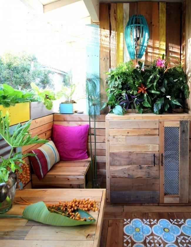 Remodela tu pequeño espacio con este living tropical hecho de pallet